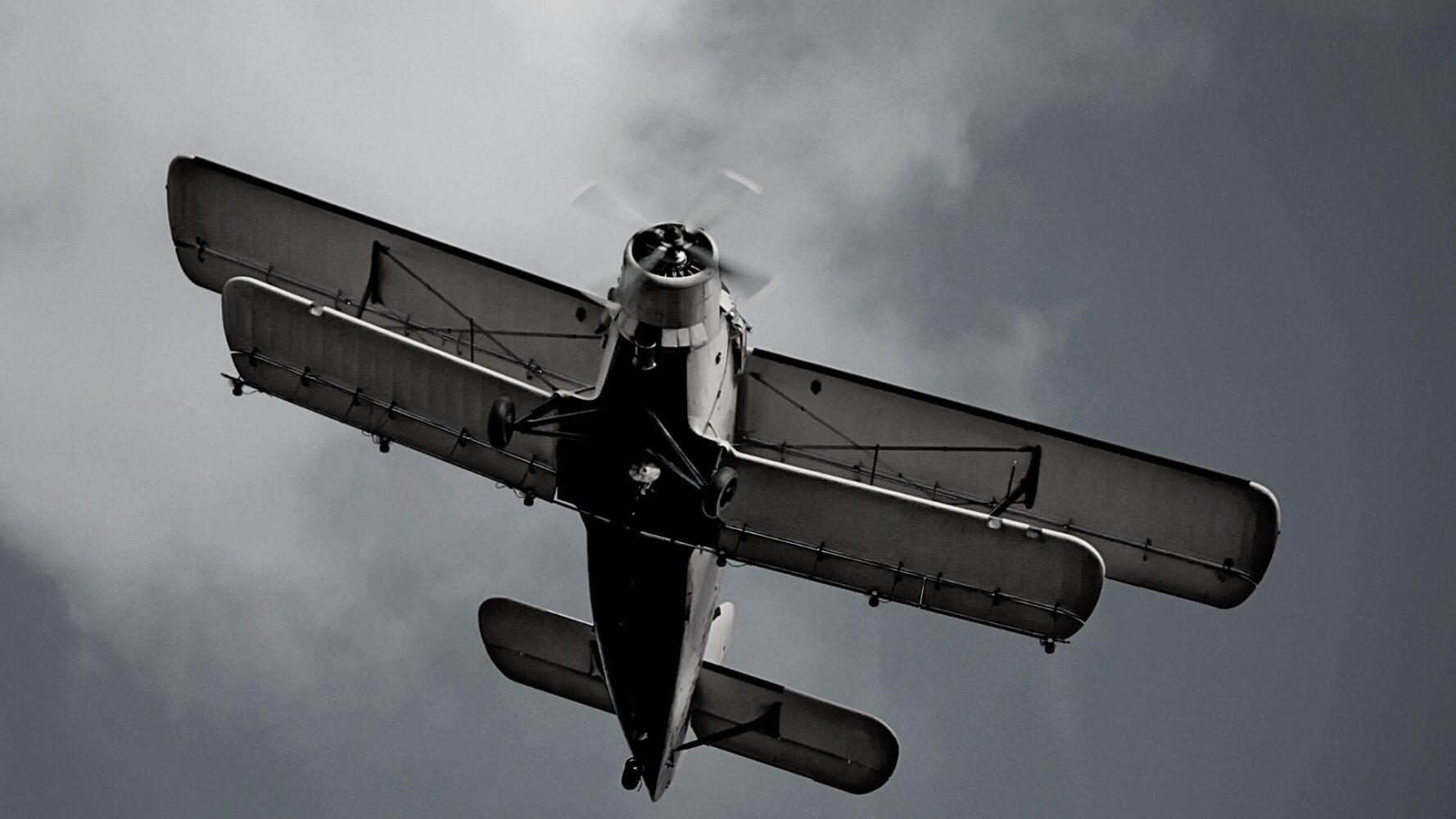 doppeldecker-flugzeug-ansicht-von-unten
